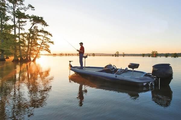 моторная лодка с аккумулятором для рыбака
